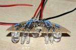 2) Die mit Spiegelfolie versehene Platine mit LED´s bestücken und die Widerstände anlöten. Ich habe die Stromkreise für die 5 und 10 mm LED´s getrennt, um eventuell später noch die Lampe mit 2 Helligkeitsstufen betreiben zu können.