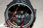 Es wird Klettband im Blitzrohr angebracht und die verkabelten LED-Module und die Akku-Halterungen eingesetzt.
